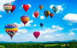 Panorama de montagne avec les ballons à air chauds le matin chez Thailan photos stock