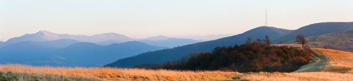 Panorama de montagne d'automne de soirée photo libre de droits