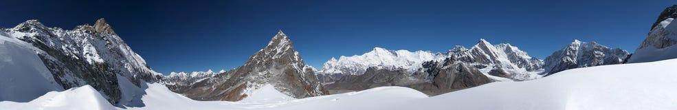 panorama de montagne d'horizontal de l'Himalaya au loin Photos stock