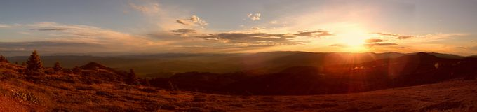 Panorama de montagne de coucher du soleil Images libres de droits