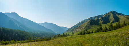 Panorama de montagne de la rivière Kucherla Photo stock