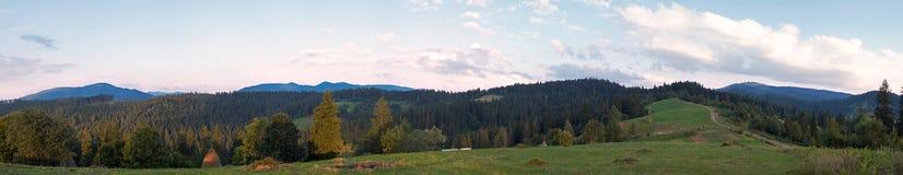 Panorama de montagne de soirée Photographie stock