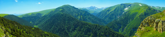 Panorama de montagne en temps clair Photographie stock libre de droits