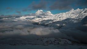 Panorama de montanhas nevados e de nuvens Timelapse vídeos de arquivo