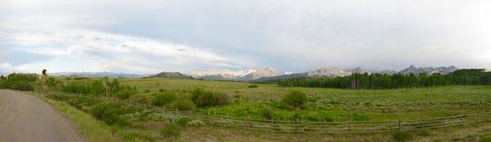 Panorama de montanhas rochosas Fotos de Stock Royalty Free
