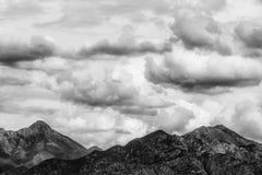 Panorama de montanhas verdes com nuvens de chuva Imagem de Stock Royalty Free