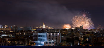 Panorama de Moscou avec le feu d'artifice Photos stock