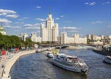 Panorama de Moscou com um arranha-céus na terraplenagem de Kotelnicheskaya, no rio de Moscou e nos barcos de turista Imagens de Stock Royalty Free