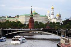 Panorama de Moscou Kremlin Voiles de bateaux de croisière sur la rivière Image stock