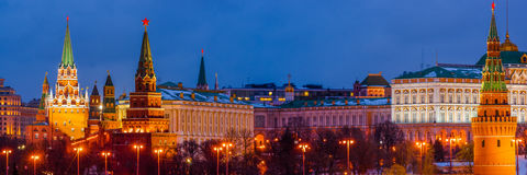 Panorama de Moscovo Kremlin na noite do inverno Fotografia de Stock