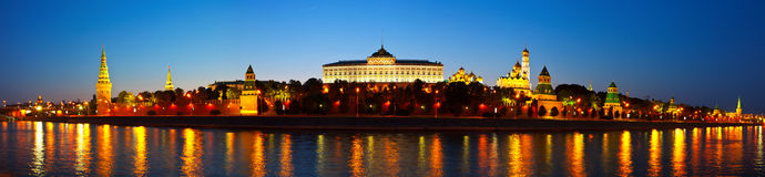 Panorama de Moscovo Kremlin na noite. Rússia Fotografia de Stock Royalty Free
