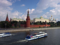 Panorama de Moscovo Kremlin Navios de cruzeiros no mar Foto de Stock Royalty Free