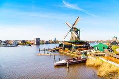Panorama de moulins à vent dans Zaanse Schans, village traditionnel, Pays-Bas, la Hollande-Septentrionale Photos stock