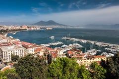 Panorama de Nápoles con el monte Vesubio y la bahía Imágenes de archivo libres de regalías