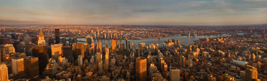 Panorama de New York City au coucher du soleil Silhouette d'homme se recroquevillant d'affaires Photo libre de droits