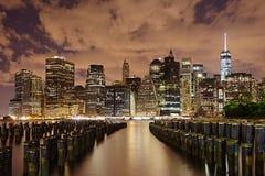 Panorama de New York City en la noche Manhattan en la noche Imagen de archivo libre de regalías