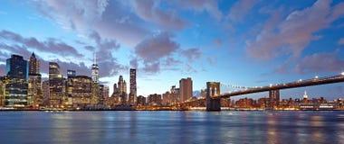 Panorama de New York City en la noche Puente de Manhattan y de Brooklyn en la noche Fotografía de archivo libre de regalías