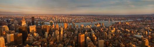Panorama de New York City en la puesta del sol Silueta del hombre de negocios Cowering Foto de archivo libre de regalías