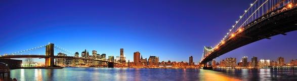 Panorama de New York City Manhattan en la oscuridad Fotos de archivo libres de regalías