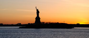 Panorama de New York Vue de la statue de la libert?, au coucher du soleil photographie stock