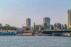 Panorama de Nile River, vista das construções e das pirâmides de pontes da cidade do Cairo fotografia de stock royalty free