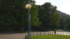 Panorama de nivelamento ensolarado 4k Italia do jardim do templo de volta do lago famoso do como video estoque