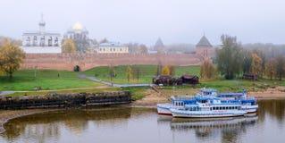 Panorama de Novgorod el Kremlin en tiempo de niebla Imagenes de archivo