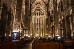 Panorama de nuit à l'intérieur de l'église gothique de Santa Maria del Mar dans le secteur de Ribera de Barcelone, Catal Photos libres de droits