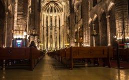 Panorama de nuit à l'intérieur de l'église gothique de Santa Maria del Mar dans le secteur de Ribera de Barcelone, Catal Photos stock