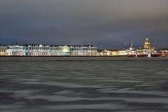 Panorama de nuit d'hiver de remblai de palais dans le St Petersbourg Photos libres de droits