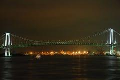 Panorama de nuit de baie de Tokyo avec le pont en arc-en-ciel Images stock