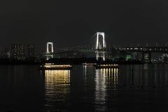Panorama de nuit de baie de Tokyo avec le pont en arc-en-ciel Photographie stock libre de droits