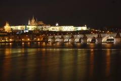 Panorama de nuit de château de Prague Photographie stock libre de droits