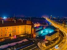Panorama de nuit de château royal et de vieille ville à Varsovie image libre de droits