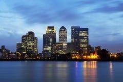 Panorama de nuit de district des affaires Canary Wharf de Londres Photos libres de droits