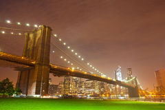 Panorama de nuit de New York City avec le pont de Brooklyn Photo libre de droits