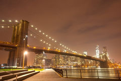 Panorama de nuit de New York City avec le pont de Brooklyn Photo stock