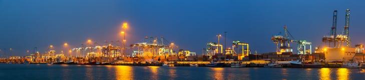 Panorama de nuit de port maritime industriel Photographie stock libre de droits