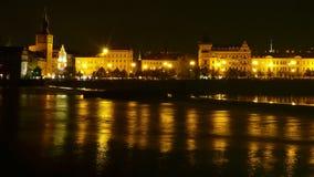 Panorama de nuit de Prague avec la rivière Photos stock