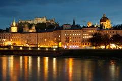 Panorama de nuit de Salzbourg Photographie stock libre de droits