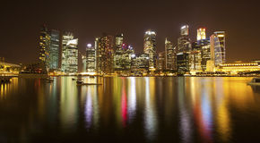 Panorama de nuit du district des affaires de Singapour Voyage Photos stock