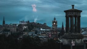 Panorama de nuit de la ville Edimbourg et de feu d'artifice Photographie stock