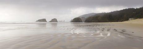Panorama de Oregon da praia do canhão - caminhada romântica imagem de stock royalty free
