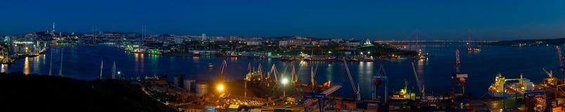 Panorama de oro de la bahía del cuerno de Vladivostok de la noche imágenes de archivo libres de regalías
