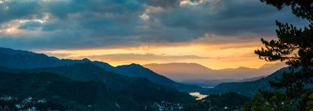 Panorama de oro de la puesta del sol Foto de archivo libre de regalías