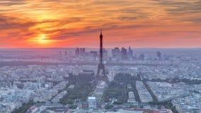 Panorama de París en el timelapse de la puesta del sol Opinión de la torre Eiffel del edificio del montparnasse en París - Franci almacen de metraje de vídeo