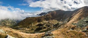Panorama de paysage étonnant de montagne avec le ciel bleu et les nuages image stock