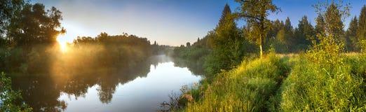 Panorama de paysage d'été avec la rivière et le lever de soleil photos libres de droits