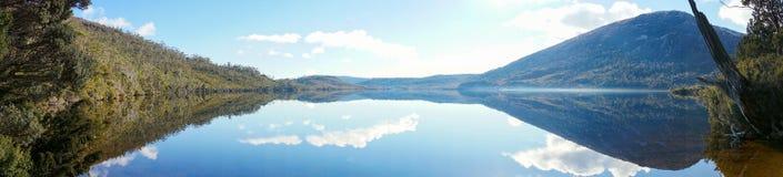 Panorama de paysage de montagne et lac le temps clair photographie stock libre de droits