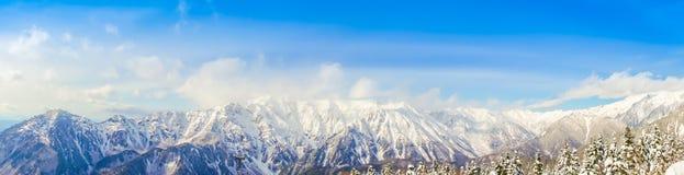 Panorama de paysage de neige de montagne avec le ciel bleu, Japon Images stock